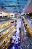 Tokyo Japan - November 24, 2013: Folk som shoppar i Omotesando Hills Royaltyfri Bild
