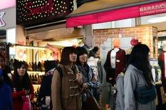 TOKYO JAPAN - NOVEMBER 24: Folkmassa på den Takeshita gatan Harajuku Royaltyfria Bilder