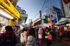 TOKYO JAPAN - NOVEMBER 24: Folkmassa på den Takeshita gatan Harajuku på inget Royaltyfria Bilder