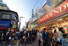 TOKYO JAPAN - NOVEMBER 24: Folkmassa på den Takeshita gatan Harajuku, Toky Royaltyfri Bild