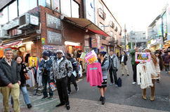 TOKYO JAPAN - NOVEMBER 24: Folkmassa på den Takeshita gatan Harajuku Royaltyfria Foton