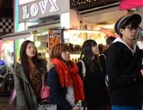 TOKYO JAPAN - NOVEMBER 24: Folkmassa på den Takeshita gatan Harajuku på inget Royaltyfri Bild
