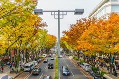 Tokyo Japan - November 20, 2016: Folkmassor går till och med en Omote S Royaltyfri Bild