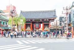 TOKYO JAPAN - NOVEMBER 15 2016: Fullsatt folk som heading till Buddhen Royaltyfri Fotografi