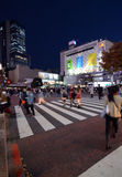 Tokyo Japan - November 28, 2013: Gångare på den berömda korsningen av Shibuya Arkivfoton