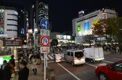 Tokyo Japan - November 28, 2013: Gångare på den berömda korsningen av Shibuya Arkivbilder