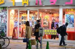 Tokyo Japan - November 23, 2013: Gataliv i Shinjuku Arkivbilder