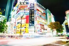 TOKYO, JAPAN - 25. November 2015: Gedrängter Völkerweg bei Shibuy Stockfotos