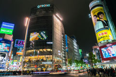 Tokyo Japan - November 25: Gångarekors på den Shibuya korsningen Arkivbild