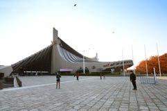 TOKYO JAPAN - NOVEMBER 20: Gymnastiksal för folkbesökYoyogi medborgare Royaltyfria Foton
