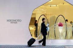Tokyo, Japan - 26. November 2013: Leute, die am modernen Gebäude in Ginza-Bereich kaufen Lizenzfreie Stockfotografie
