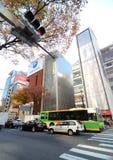 Tokyo, Japan - 26. November 2013: Leute, die am modernen Gebäude kaufen Lizenzfreies Stockfoto