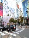 Tokyo, Japan - 26. November 2013: Leute, die am modernen Gebäude kaufen Lizenzfreies Stockbild