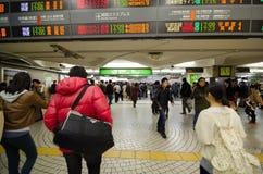 TOKYO, JAPAN - 23. NOVEMBER 2013: Leute, die in Shinjuku-Bahnstation gehen Lizenzfreie Stockfotos