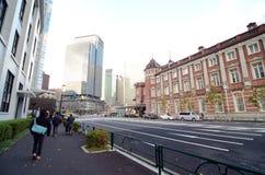Tokyo Japan - November 26, 2012: Marunouchi för folkbesökTokyo station station Arkivbilder