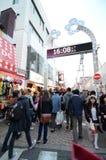 Tokyo, Japan - November 24, 2013: Menigte bij Takeshita-straat Harajuku Stock Fotografie
