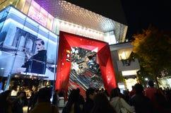 Tokyo, Japan - November 24, 2013: Mensen die bij omotesandostraat winkelen Royalty-vrije Stock Afbeeldingen