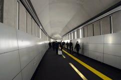 Tokyo, Japan - November 25, 2013: Mensen die in tunnell bij Sekiguchi-post lopen Stock Afbeeldingen