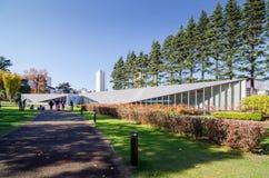 Tokyo Japan - November 23, 2013: Museum för sikt för design för folkbesök 21_21 i Roppongi arkivbild