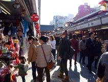 TOKYO, JAPAN - 21. NOVEMBER: Nakamise-Einkaufsstraße in Asakusa, Tok Stockbilder