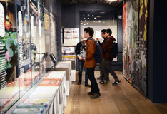 Tokyo Japan - November 21, 2013: Oidentifierade turister i turist- mitt för Asakusa kultur Arkivbild