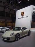 TOKYO, JAPAN - November 23, 2013: Porsche 911 bij de cabine van Porsche Stock Foto