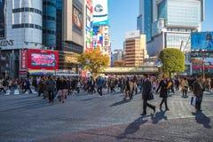 TOKYO, JAPAN - November, 21, 2014: Shibuya die in Tokyo, Th kruisen Royalty-vrije Stock Afbeeldingen