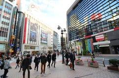 Tokyo, Japan - November 28.2013: Shibuyadistrict van het toeristenbezoek Stock Afbeeldingen
