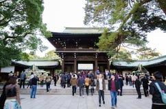 Tokyo, Japan - November 23, 2013: Toeristenbezoek Meiji Jingu Shrine royalty-vrije stock fotografie