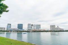 Tokyo, Japan - 16. November 2016: Tokyo-Kreuzfahrtboot, das in der Front kreuzt Stockbilder