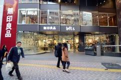 Tokyo Japan - November 28, 2013: Turist- besökShibuya område Arkivbilder