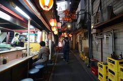 TOKYO JAPAN - NOVEMBER 23: Yakatori gränd på shinjukuen Arkivbild