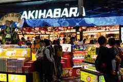 Tokyo, Japan - Oktober 9, 2018: de mensen kopen in het buitenland hun laatste herinneringen en voedsel aan netto aan hun families stock afbeeldingen