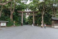 TOKYO, JAPAN - 7. OKTOBER 2015: Eingang zu Kaiser-Meiji Shrine gelegen in Shibuya, Tokyo-Schrein, der dem deifi eingeweiht wird lizenzfreie stockfotografie