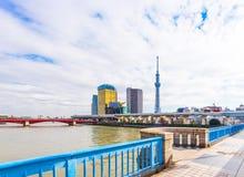 TOKYO JAPAN - OKTOBER 31, 2017: En sikt av den Asahi tornbyggnaden och TV står högt ` det himla- trädet av Tokyo `, Kopiera utrym arkivbild