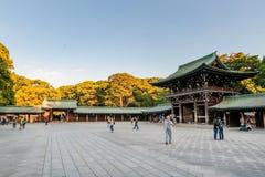 TOKYO JAPAN - OKTOBER 07, 2015: Ingång till imperialistiska Meiji Shrine som lokaliseras i Shibuya, Tokyo relikskrin som är hängi arkivbilder