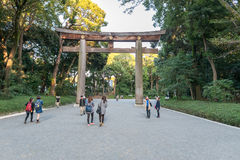 TOKYO, JAPAN - OKTOBER 07, 2015: Ingang aan KeizerdieMeiji Shrine in Shibuya, het heiligdom van Tokyo wordt gevestigd dat aan dei stock foto