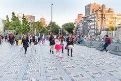 TOKYO, JAPAN - OKTOBER 07, 2015: Japanse Mensen en Tiener dichtbij KeizerdieMeiji Shrine in Shibuya, Tokyo wordt gevestigd Keizer royalty-vrije stock foto's