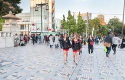 TOKYO, JAPAN - OKTOBER 07, 2015: Japanse Mensen en Tiener dichtbij KeizerdieMeiji Shrine in Shibuya, Tokyo wordt gevestigd Keizer stock afbeeldingen