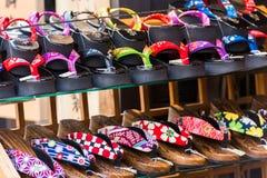 TOKYO, JAPAN - OKTOBER 31, 2017: Japanse schoenen op de plank in de opslag Close-up Royalty-vrije Stock Foto