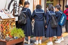 TOKYO JAPAN - OKTOBER 31, 2017: Japansk skolflicka på en stadsgata Närbild arkivfoto