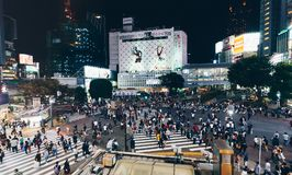 Tokyo, Japan, Oktober 2017: Tokyo Shibuya die bij nacht in t kruisen Stock Foto's