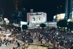 Tokyo, Japan, Oktober 2017: Tokyo Shibuya die bij nacht in t kruisen Stock Afbeeldingen