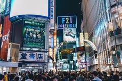 Tokyo, Japan, Oktober 2017: Tokyo Shibuya die bij nacht in t kruisen Royalty-vrije Stock Foto