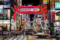 Tokyo Japan - Oktober 21, 2016: Uteliv i Kabukicho, underhållningen och bordellkvarter i Shinjuku Den populära Kabukien arkivfoto