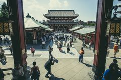 TOKYO JAPAN - SEPT 12,2015: große Zahl des Touristen in Sensoji A Stockfotografie
