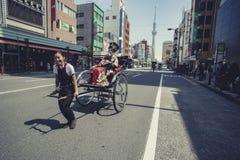 TOKYO JAPAN - SEPT 12,2015: nicht identifiziertes touristisches Sitzen auf Rick Lizenzfreie Stockfotos