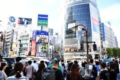 TOKYO, JAPAN - September 5, 2016: De voetgangers lopen bij Shibuya-Kruising De kruising is één van de wereld ` s de meeste beroem stock foto