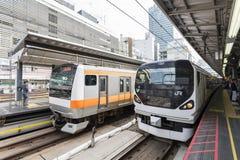 Tokyo Japan - September 30, 2016: Japan järnväg drev på den Shinjuku stationen royaltyfria bilder