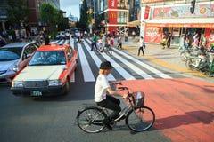 TOKYO JAPAN-SEPTEMBER 11: japan som in går på den stads- gatan Royaltyfri Bild